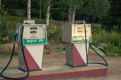 Oude benzinepompen in noordelijk Zweden royalty-vrije stock afbeeldingen