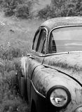 Oude beschadigde auto stock afbeelding