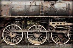 Oude beschadigde geroeste trein Stock Afbeeldingen