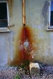 Oude beschadigde goot Stock Foto