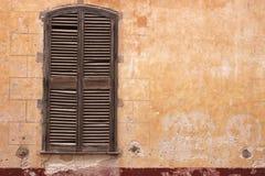 Oude beschadigde muur - RUW formaat stock afbeelding