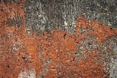 Oude beschadigde muurachtergrond Breekbare pleisterfragmenten, krassen, barsten, ruwheid stock foto