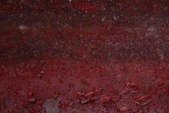 Oude beschimmelde en geschilderde rode muur stock foto