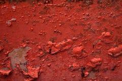 Oude beschimmelde en geschilderde rode muur royalty-vrije stock afbeeldingen