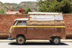 Oude bestelwagen tegen bakstenen muur Stock Foto's