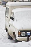 Oude bestelwagenbestelwagen die met sneeuw wordt behandeld. Royalty-vrije Stock Afbeeldingen