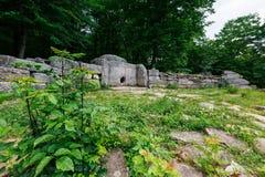 Oude betegelde dolmen in de vallei van de rivier Jean Monument van archeologie megalitische structuur stock foto's