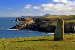 Oude Bevindende steen boven ruwe en wilde kustlijn stock afbeelding
