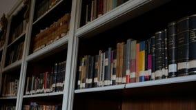 Oude bibliotheek met vele planken stock videobeelden