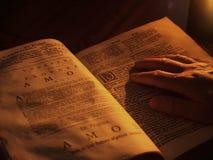 Oude bijbel door kaarslicht Stock Foto's