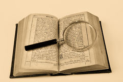 Oude Bijbel met meer magnifier stock afbeelding