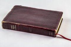 Oude Bijbel op witte achtergrond Stock Fotografie