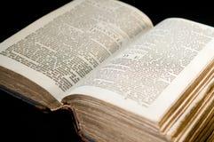 Oude Bijbel op Zwarte Royalty-vrije Stock Afbeeldingen