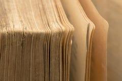 Oude bijbel - oud boek - pagina'sclose-up royalty-vrije stock afbeeldingen