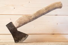 Oude bijl met een houten handvat in de straal Stock Foto