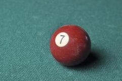 Oude biljartbal nummer 7 bruine kleur op groene biljartlijst, exemplaarruimte stock afbeelding