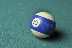 Oude biljartbal nummer 10 gestreepte wit en blauw op groene biljartlijst, exemplaarruimte stock fotografie