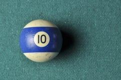 Oude biljartbal nummer 10 gestreepte wit en blauw op groene biljartlijst, exemplaarruimte stock afbeeldingen
