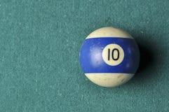 Oude biljartbal nummer 10 gestreepte wit en blauw op groene biljartlijst, exemplaarruimte royalty-vrije stock foto's