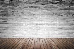 Oude binnenlandse ruimte met bakstenen muur en houten vloer Stock Foto