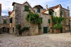 Oude Binnenplaats op Starigrad, Kroatië Stock Afbeeldingen