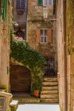 Oude binnenplaats in Pitigliano, Italië stock foto's