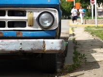 Oude blauwe auto Stock Foto's