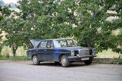 Oude blauwe auto Stock Afbeeldingen