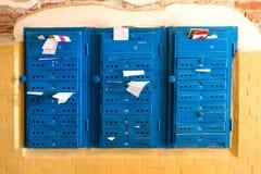 Oude blauwe brievenbussen stock foto