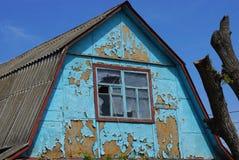 Oude blauwe bruine zolder van een landelijk huis met een venster stock foto