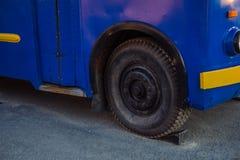 Oude blauwe bus met gele elementen Museumtentoongesteld voorwerp bij de tentoonstelling van technologie stock foto