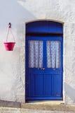 Oude blauwe deur Stock Foto's