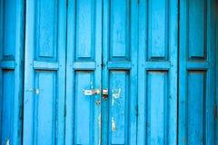 Oude Blauwe Deur met oud schoolslot Royalty-vrije Stock Afbeeldingen