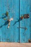 Oude blauwe deur met potten van bloemen Larnaca, Cyprus Stock Afbeeldingen
