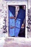 Oude blauwe deur in trotse Fira Stock Afbeeldingen