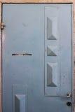 Oude blauwe durty, vuile deur met roestig en openwork een mooie uitstekende achtergrond Royalty-vrije Stock Afbeelding