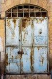 Oude blauwe durty, vuile deur met roestig en openwork een mooie uitstekende achtergrond Stock Afbeeldingen