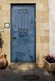 Oude blauwe durty, vuile deur met roestig en openwork een mooie uitstekende achtergrond Royalty-vrije Stock Afbeeldingen