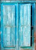Oude blauwe houten blinden stock afbeeldingen