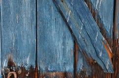 Oude blauwe houten deur in Loutro, Kreta Stock Foto's