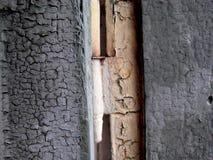 Oude blauwe houten houtdeur met langzaam verdwenen witte deurscharnier royalty-vrije stock foto