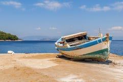 Oude blauwe houten sjofele vissersboot Royalty-vrije Stock Foto
