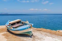 Oude blauwe houten sjofele vissersboot Stock Afbeeldingen