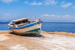 Oude blauwe houten sjofele vissersboot Stock Foto's