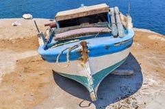 Oude blauwe houten sjofele vissersboot Royalty-vrije Stock Fotografie