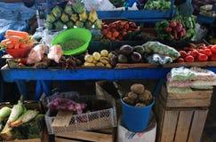 Oude blauwe Markttribune met veel verschillende verse vruchten en groenten stock afbeeldingen