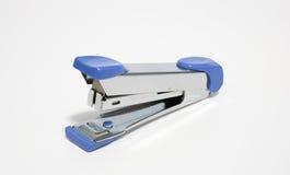 Oude blauwe nietmachine op witte, zachte nadruk Stock Afbeeldingen