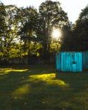 Oude blauwe opslag in een park/Hoog die contrastbeeld van een container in een park wordt geplaatst/beeld van een container en ee royalty-vrije stock afbeelding