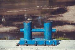 Oude blauwe roestige meerpaal Stock Foto's