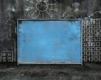 Oude blauwe spatie doorstaan noticeboard met de gebouwendoo van de zonstad Royalty-vrije Stock Foto's
